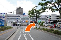 正面に阪神西宮駅つきあたり右