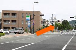 名次町交差点を直進して下さい
