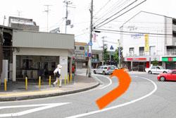 7左側に苦楽園口駅、右側にローゲンマイヤー(パン屋)があります。道なりに左方向へ進んで下さい。