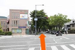 2親王塚橋交差点を真直ぐ進んで下さい。